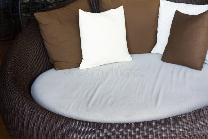 Grands meubles modernes bruns de sofa photo stock