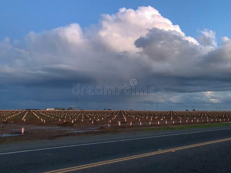 Grands nuages au-dessus de la ville photos libres de droits