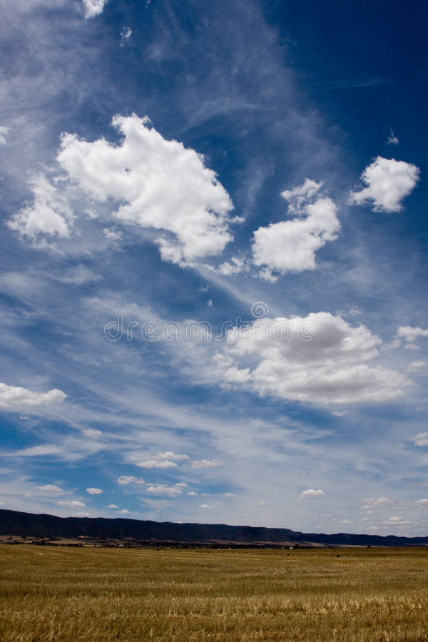 Grands nuages blancs image stock