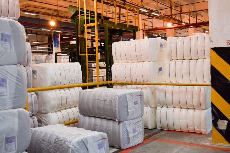 Grands paquets blancs, sacs avec la fibre acrylique synthétique dans la boutique de production du produit pétrochimique photos libres de droits