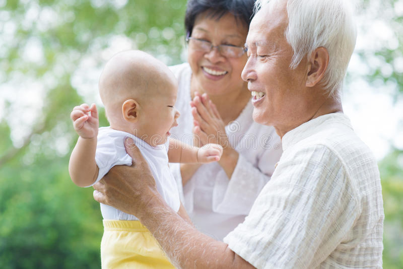 Grands-parents asiatiques jouant avec le petit-fils image stock