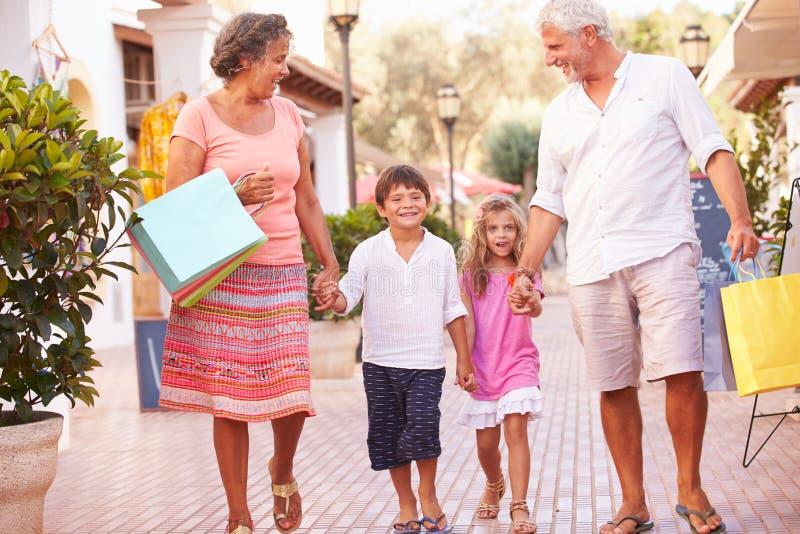 Grands-parents avec des petits-enfants portant des paniers photo libre de droits