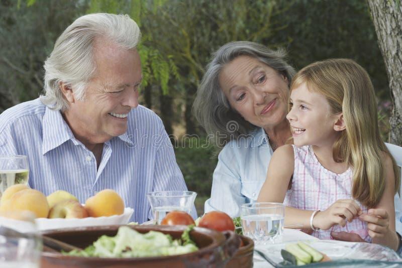 Grands-parents avec la petite-fille au Tableau extérieur image stock