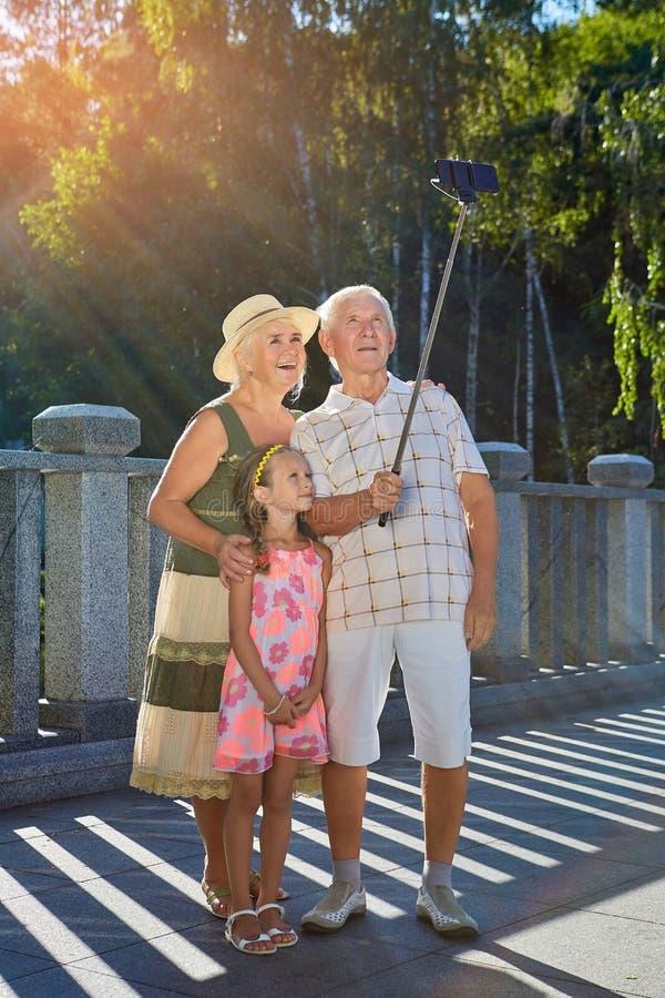 Grands-parents avec la petite-fille, selfie images libres de droits