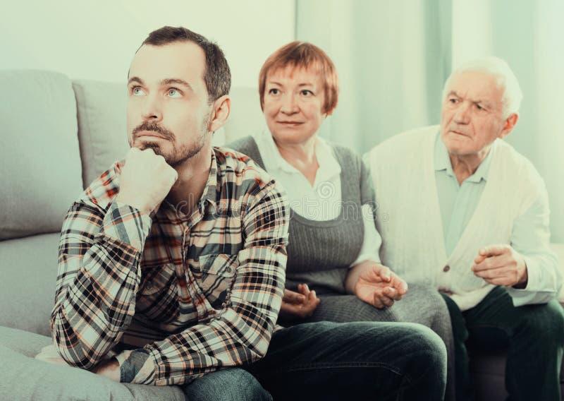 Grands-parents et entretien sérieux de petit-fils photos stock