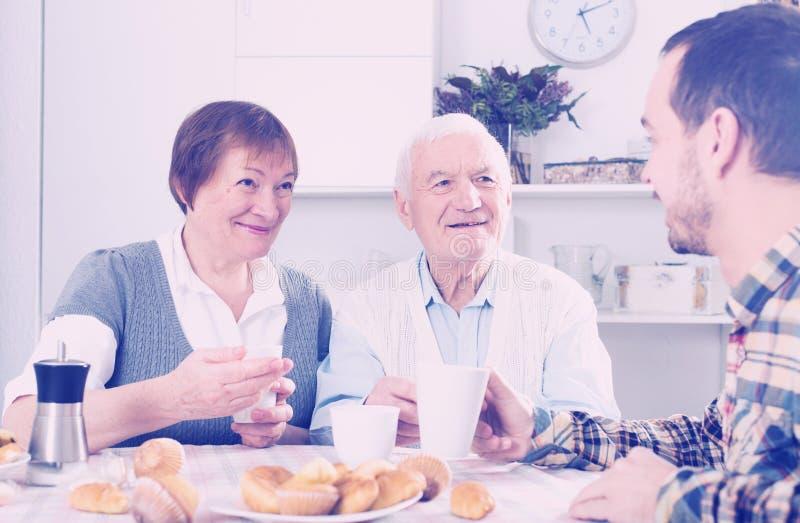 Grands-parents et petit déjeuner de petit-fils image stock