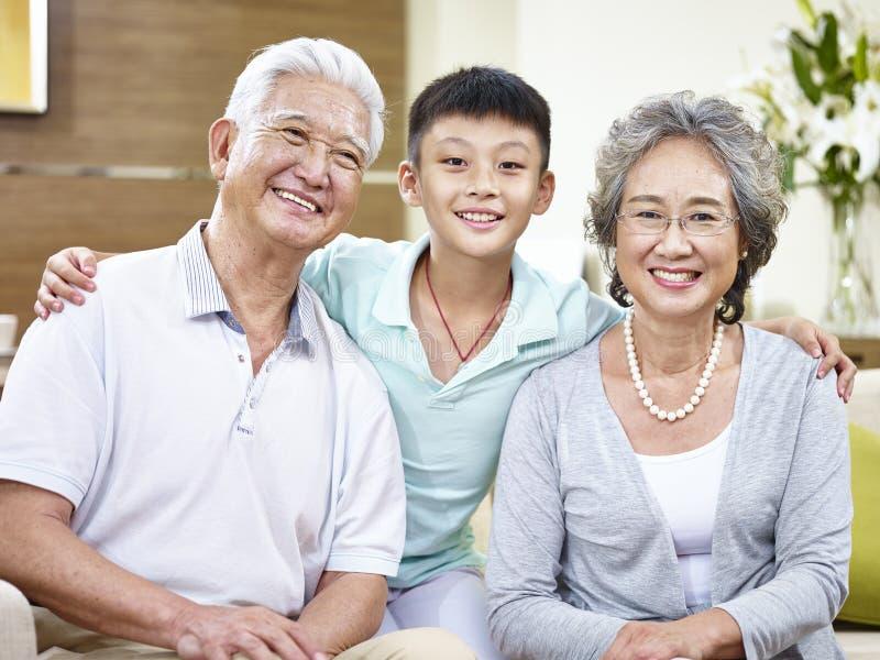 Grands-parents et petit-enfant asiatiques de portrait photos libres de droits