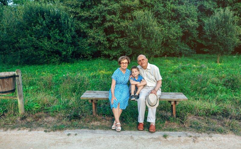 Grands-parents et petit-fils posant pour une photo photographie stock