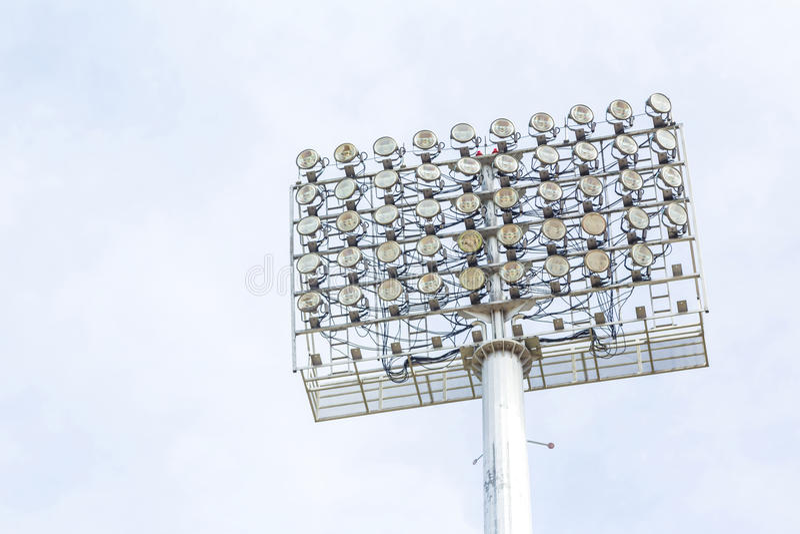 Grands projecteurs au stade extérieur sous le ciel bleu image libre de droits