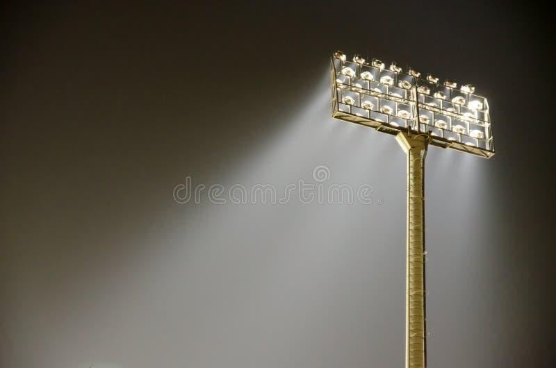 Grands projecteurs extérieurs grands de stade photographie stock
