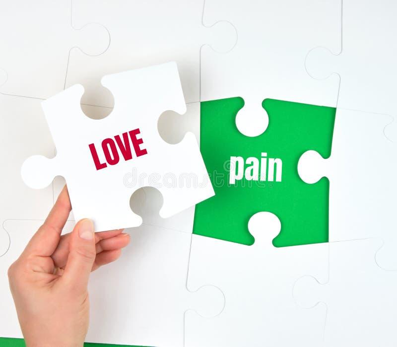 grands puzzles blancs, main tenant un avec l'amour d'inscription photo libre de droits