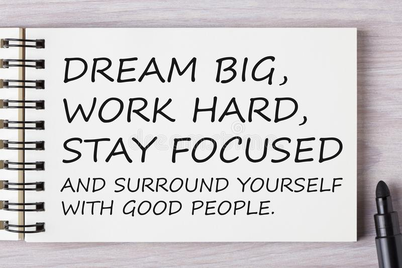 Grands rêveurs, travaillent dur, restent focalisés et s'entourent avec vont image stock