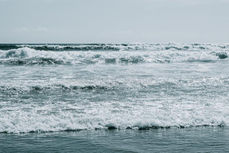 Grands ressacs de ressac Fond d'eau de mer photographie stock libre de droits