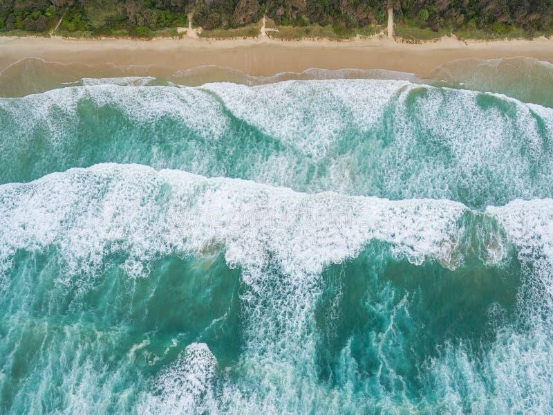 Grands ressacs se cassant sur la plage sablonneuse images libres de droits