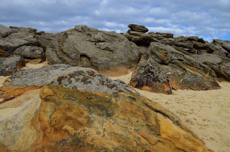 Grands rochers dans le mensonge de Barrens sur le sable parmi le ciel bleu-foncé avant la pluie d'été photos libres de droits