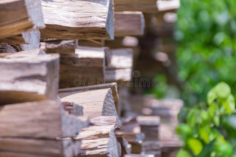 Grands rondins de bois de chauffage appropriés aux fonds d'image photos libres de droits