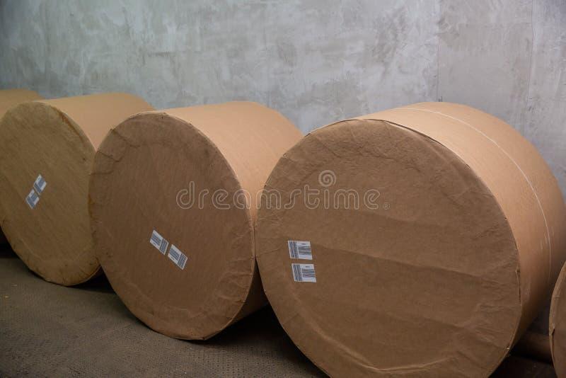 Grands rouleaux de papier pour l'impression image stock