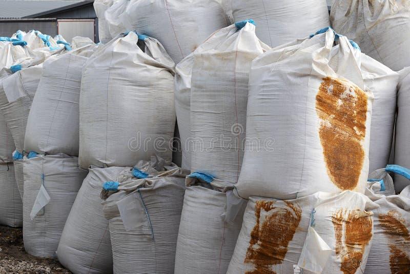 Grands sacs blancs avec le ruban bleu ? l'int?rieur du mensonge de sel sur la rue Des engrais industriels sont stock?s dans les s image stock