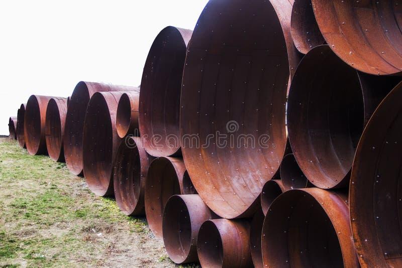 Grands tuyaux en métal au parc et au musée de sculpture en DeCordova en Lincoln Massachusetts photos libres de droits