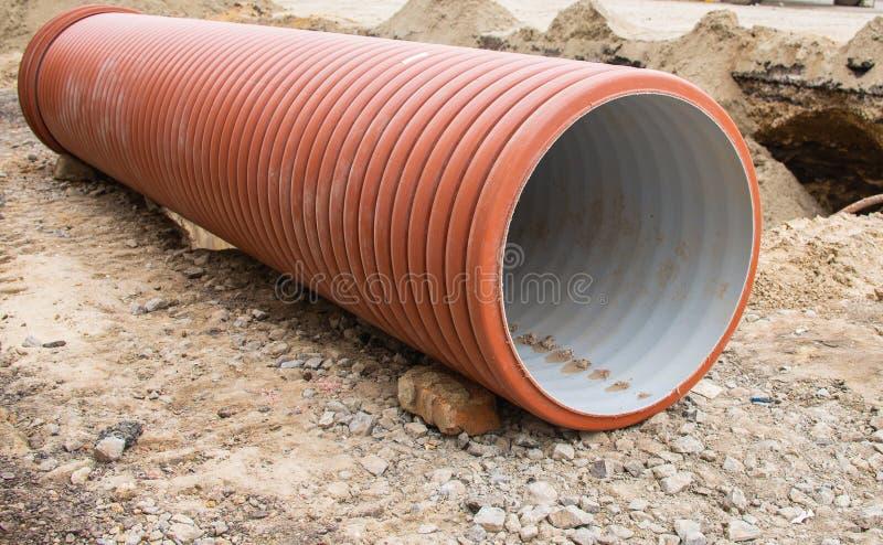 Grands tuyaux en plastique oranges pour le système de système d'égouts images libres de droits
