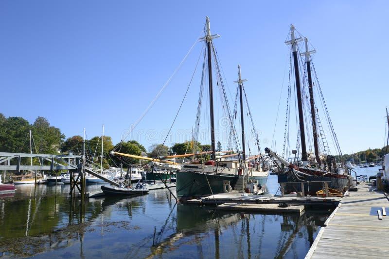 Grands voiliers dans Camden Harbor dans Maine image stock