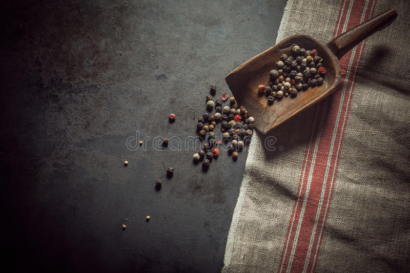 Granelli di pepe neri, rossi e bianchi assortiti fotografie stock