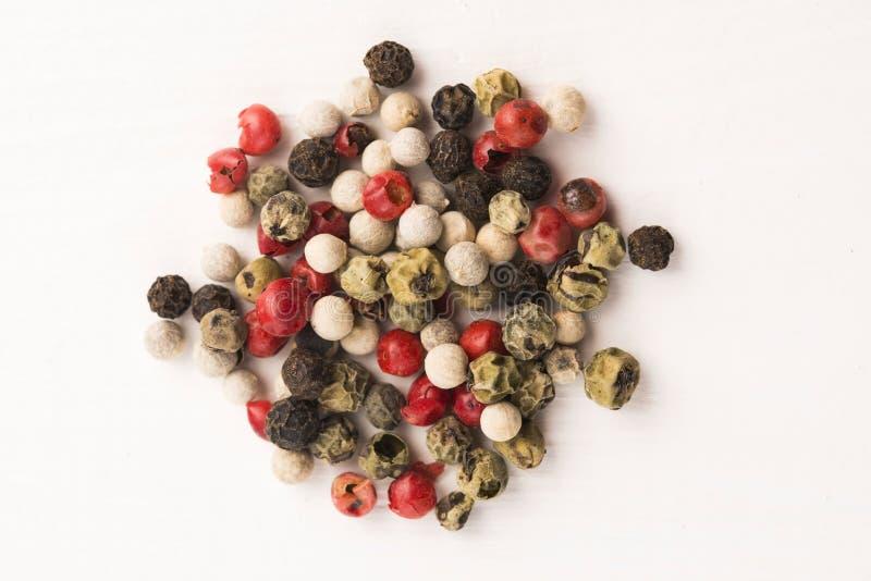Granelli di pepe verdi, rossi, bianchi e neri misti immagini stock libere da diritti