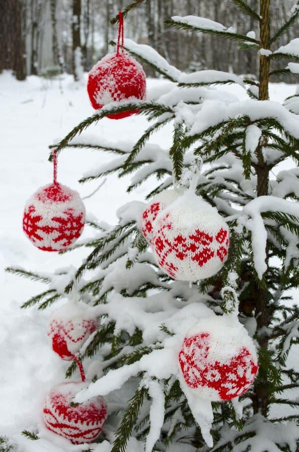 Granen dekorerade stack bollar med prydnadsnöbakgrund arkivfoto