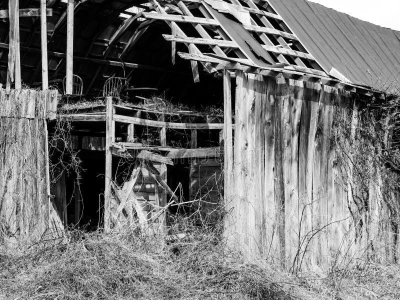 Granero abandonado en el pa?s imagenes de archivo