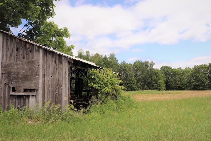 Granero abandonado en ruinas imagenes de archivo