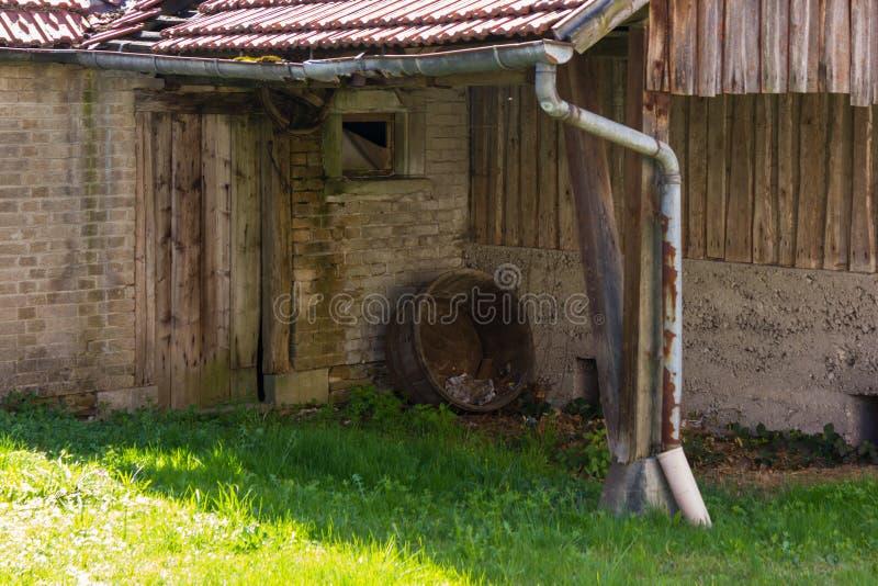 granero abandonado en un jardín de la cabaña en el campo rural del sur imágenes de archivo libres de regalías