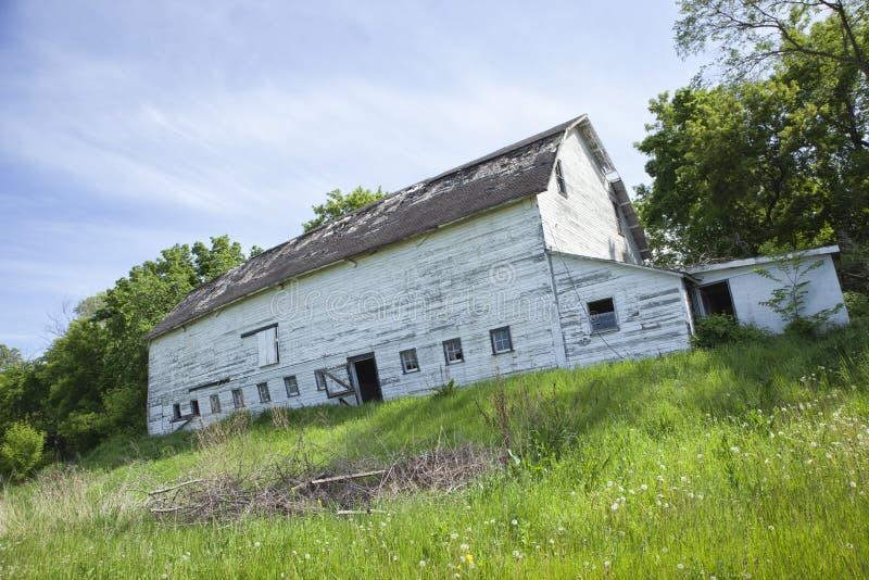 Granero blanco viejo, dilapidado en el cercano oeste imágenes de archivo libres de regalías