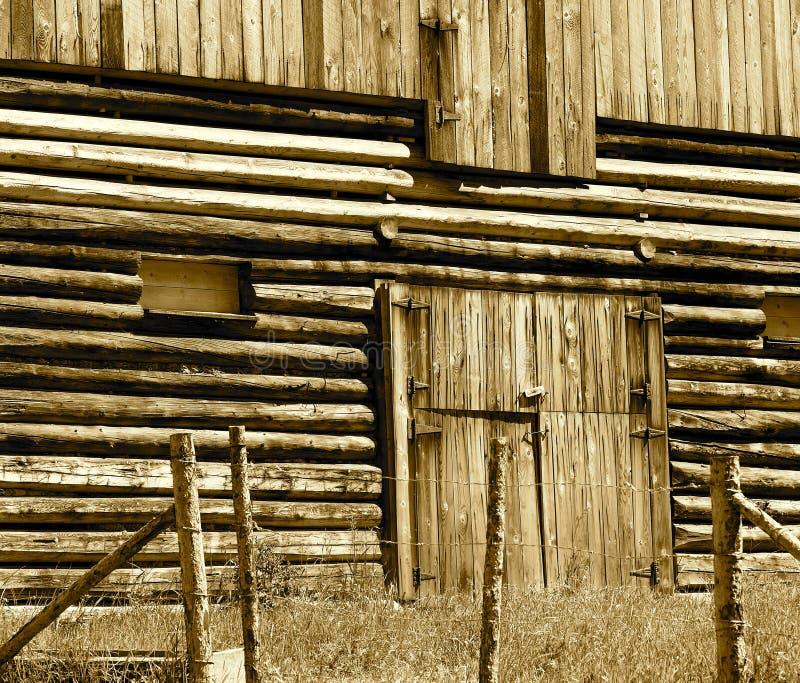 Granero de madera con a puerta cerrada en sepia imagenes de archivo