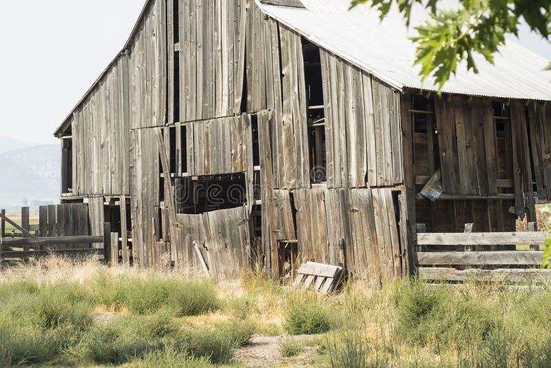 Granero de madera viejo dilapidado fotos de archivo