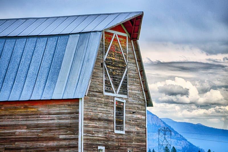 Granero de madera viejo en las montañas en Montana fotografía de archivo