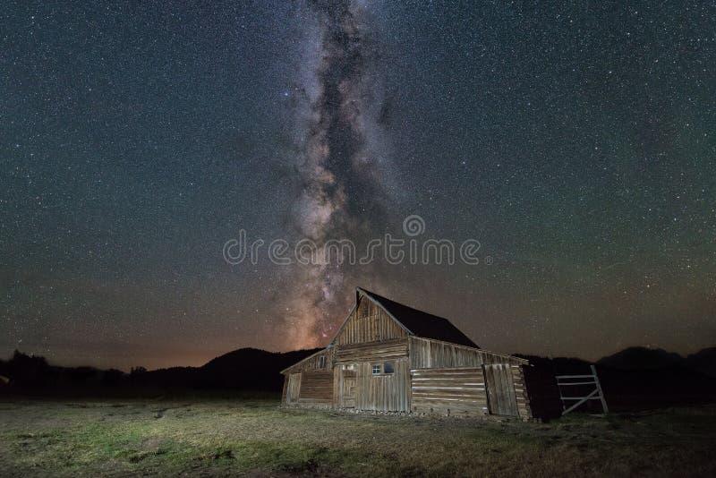 Granero de Moulton debajo de la galaxia de la vía láctea fotografía de archivo libre de regalías