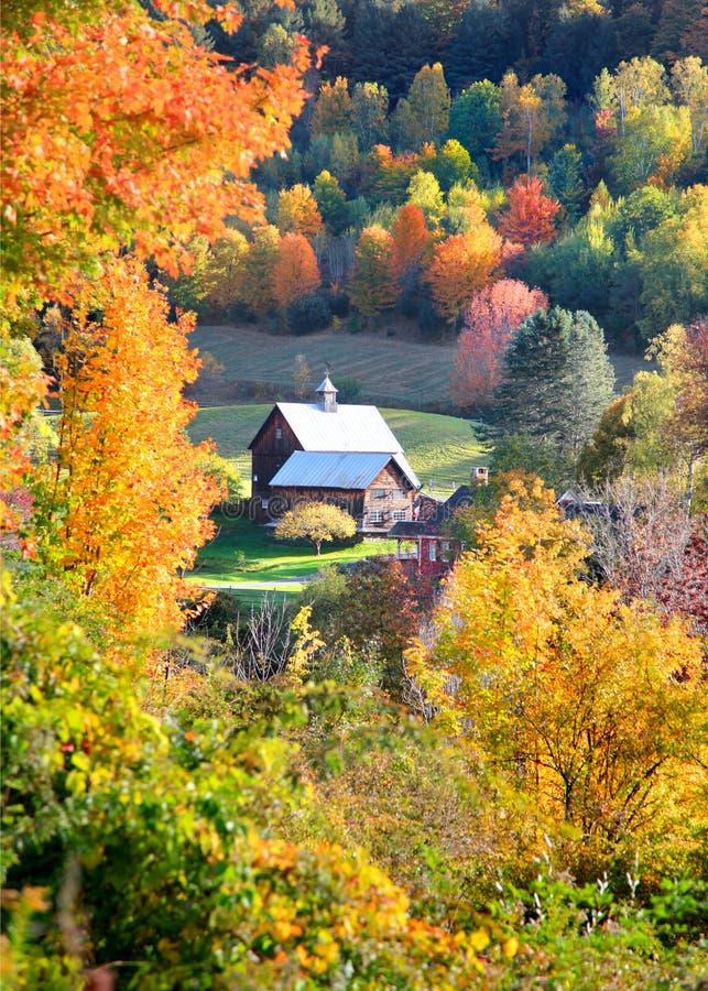 Granero en el medio de árboles del otoño imagen de archivo libre de regalías
