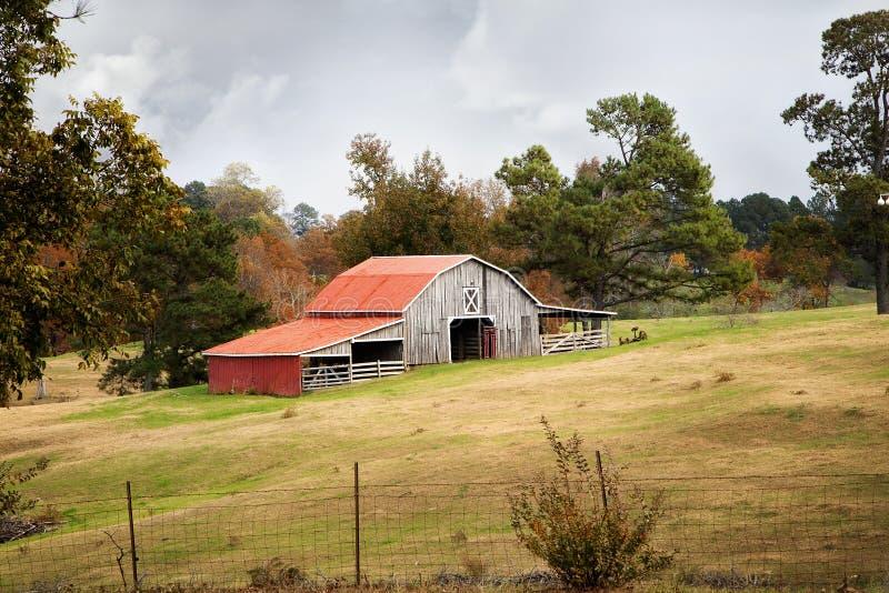 Granero en pasto en la temporada de otoño imagenes de archivo