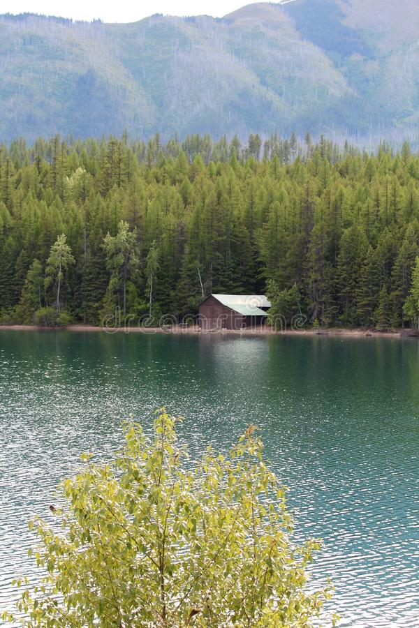 Granero en un lago fotos de archivo