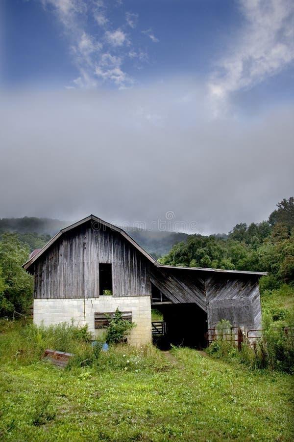 Granero en valle imagen de archivo libre de regalías
