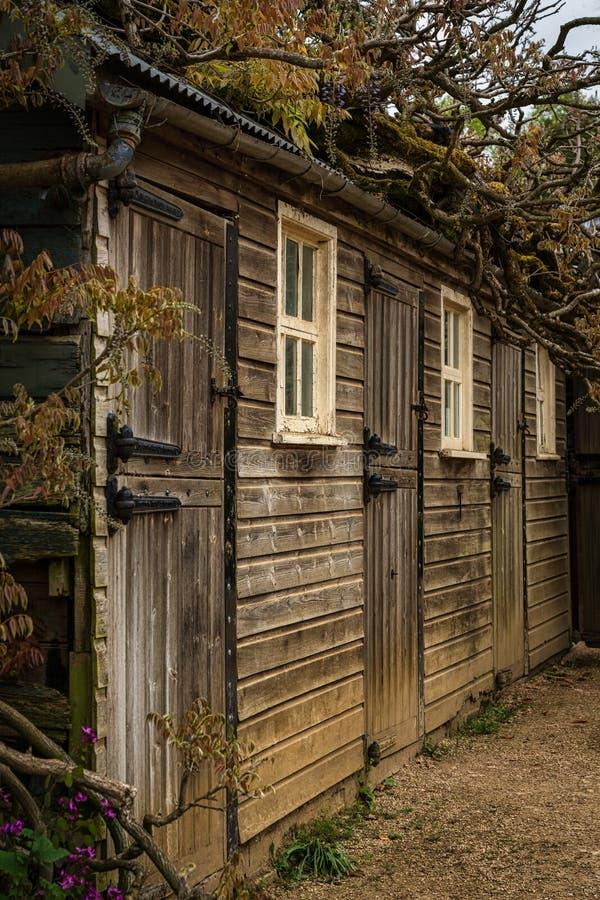 Granero o establos viejos convertidos en los lavabos para fotos de archivo