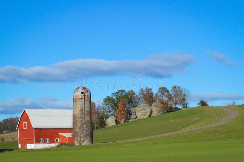 Granero rojo con Silo en el campo de Wisconsin imagen de archivo