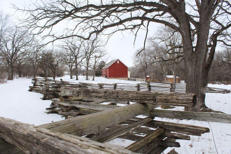 Granero rojo en el invierno fotos de archivo libres de regalías