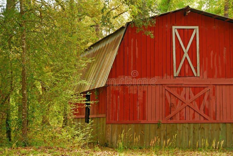 Granero rojo en maderas fotos de archivo