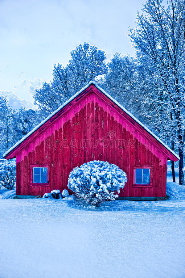 Granero rojo en nieve del invierno. fotos de archivo libres de regalías