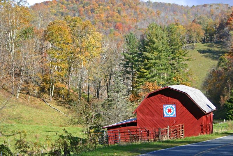 Granero rojo en otoño imagenes de archivo