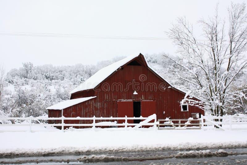 Granero rojo grande en la nieve. fotos de archivo