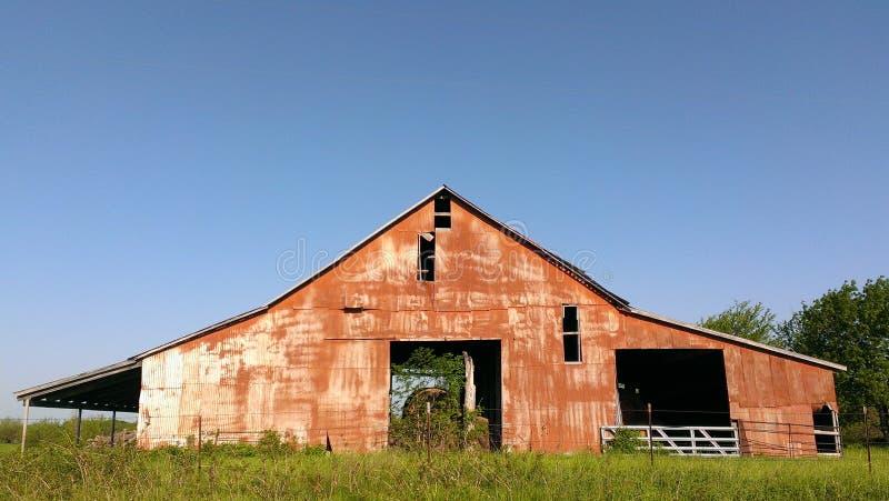 Granero rojo viejo en el campo fotografía de archivo