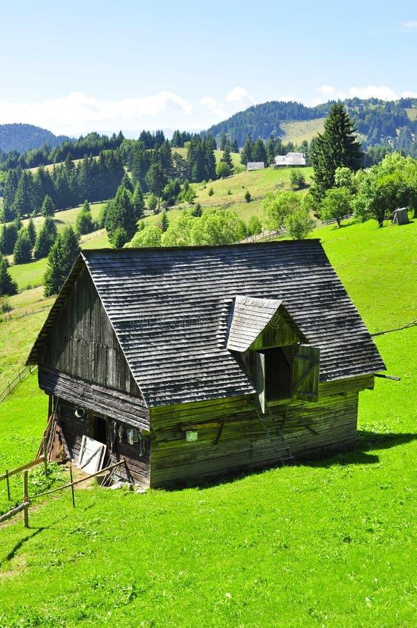 Granero rural rumano tradicional Fundata fotografía de archivo