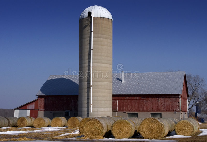 Granero, silo, y heno - escena de la granja lechera imagenes de archivo
